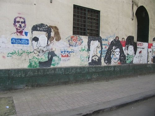 Peintures murales de la rue Mohammad Mahmoud, montrant des masques à gaz et des civilsayant perdu un œil au cours d'affrontements avec les forces de police (décembre 2011)