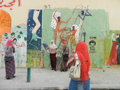 Des visiteurs photographiant et se faisant photographier dans la rue Mohammad Mahmoud (21 février 2012)