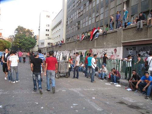 La rue Mohammad Mahmoud au cours d'une manifestation du vendredi qui réunit un million de personnes sur la place Tahrir, et dans laquelle les fans des Ultras étaient visiblement présents (septembre 2011)